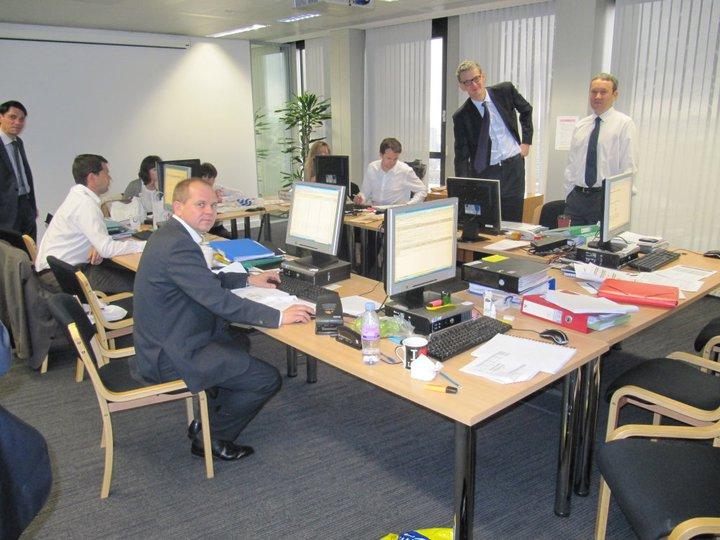 In diesem Raum entscheidet sich die Zukunft des Europäischen Finanzsystems: In einer Art Workshop-Atmosphäre fließen hier die Daten der EU-Banken im Rahmen des Stresstests zusammen. Fast alle Mitarbeiter sind neu bei der Europäischen Bankaufsichtsbehörde (EBA).