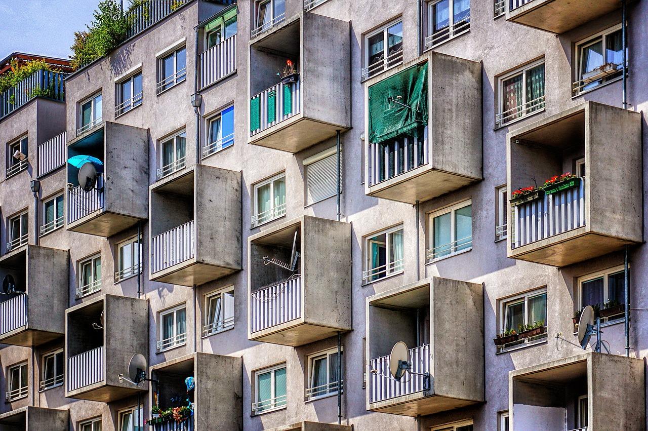 Bild zum Thema Wohnen mit vielen Balkonen von robertprax veröffentlicht auf pixabay.com