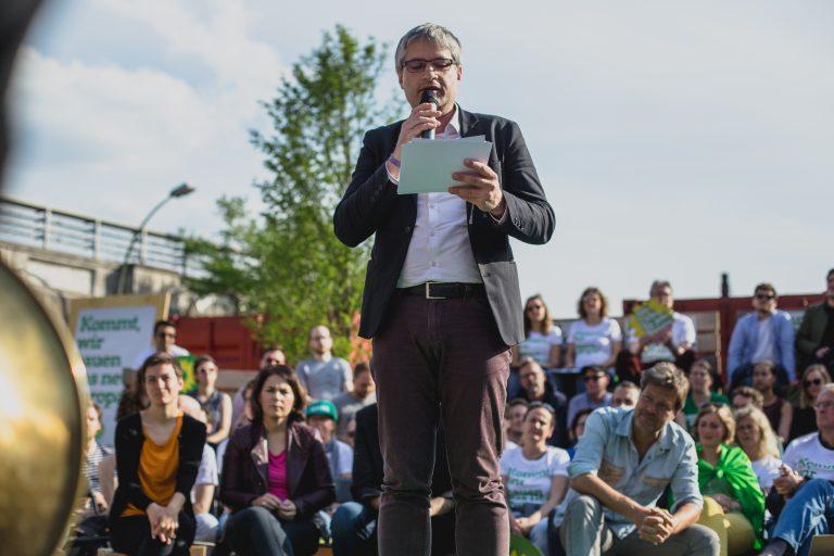 Sven Giegold redet beim Wahlkampf-Abschluss