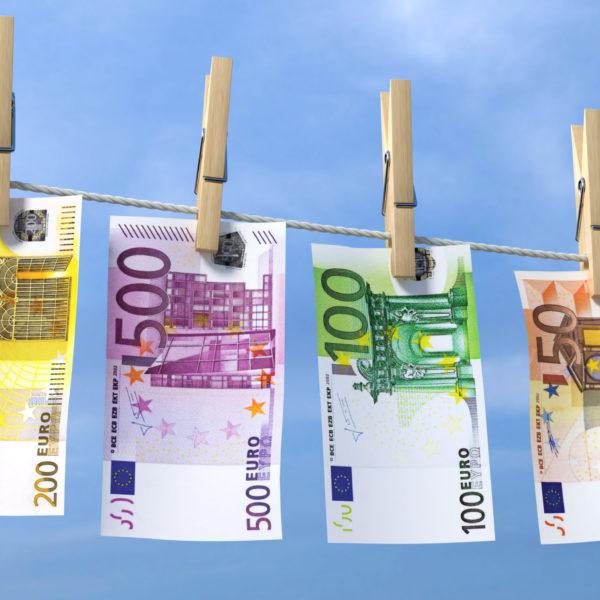3D Illustration Geldscheine mit Wäscheklammern blauer Himmel